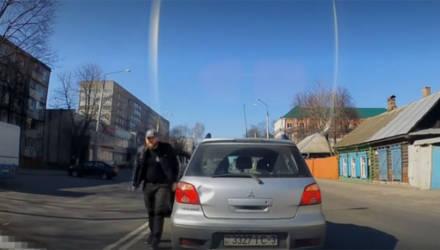 Видео из Гомеля: автор обругал другого водителя, с которым не смог поделить круг. Но прав ли он?