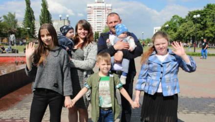 Дмитрий и Олеся Черкас воспитывают пятерых детей и носят звание лучшей семьи Гомельщины