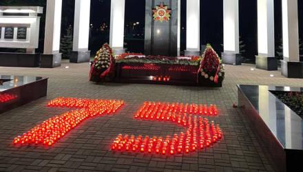 """Цифру 75 из светящихся лампадок выложили активисты БРСМ во время акции """"Гомель помнит!"""""""