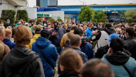 «Понятия не имею, за кого вы оставляете подписи». Гомельский блогер Тихановский приехал в Минск на пикет