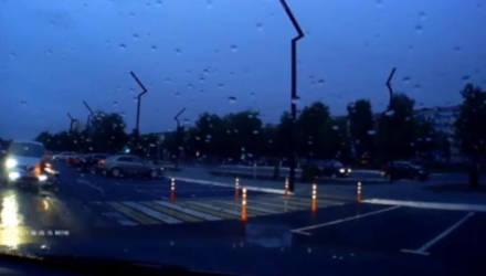 В Мозыре девочка каталась на велосипедике возле ТЦ и едва не попала под колёса авто – видео