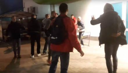 """В Гомеле возле """"Евроопта"""" молодёжь пила пиво, дралась и ругалась матом. Кто-то заснял происходящее на видео"""