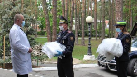 Гомельская ГАИ передала медикам противоэпидемиологические костюмы