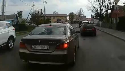 """В Гомеле водитель BMW дерзко обогнал автобус через сплошную, чуть не врезался во встречное авто, """"засветил"""" номера и теперь может лишиться прав"""