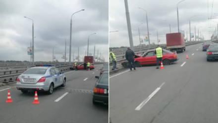На мосту в Белицу столкнулись грузовик и легковушка