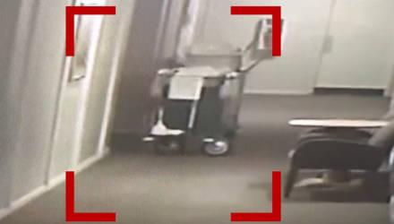 """""""Это точно что-то злое"""". Камера сняла жуткий момент, как из закрытого лифта в отеле выбежала призрачная фигура"""