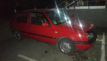 На гомельской трассе после полуночи остановили красный VW: парень перевозил 160 бутылок водки