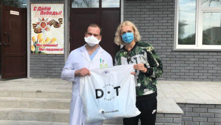 Елена Левченко передала 1000 защитных масок гомельским клиническим больницам