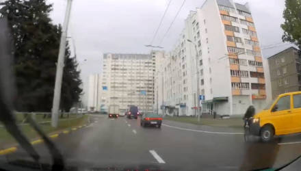 """В Гомеле велосипедист пытался проехать перекрёсток """"против шерсти"""" и был сбит микроавтобусом"""