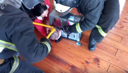 В Калинковичах 3-летний мальчик засунул голову в системный блок: доставали спасатели