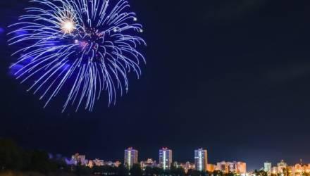 Небо над Гомелем раскрасил праздничный салют Победы