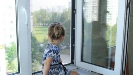 С наступлением тепла дети чаще выпадают из окон. Почему так происходит, и как этого избежать