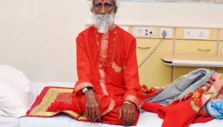 Индийский йог, утверждавший, что 80 лет жил без еды и воды, умер от старости