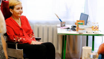 В деревне Печищи под Светлогорском живёт удивительная художница. Любовь Руснак уже шесть лет пишет картины, зажав кисть зубами