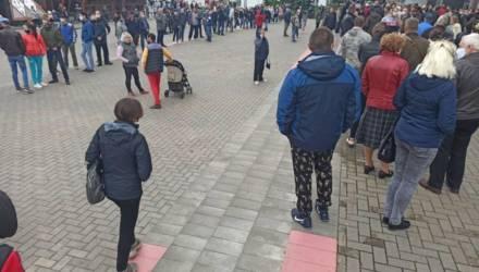 В Гомеле милиция просила людей на пикете Тихановской разойтись: «Это превращается в митинг»
