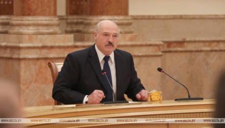 «Прибежал ко мне и на коленях просился». Лукашенко сравнил Цепкало с хряком