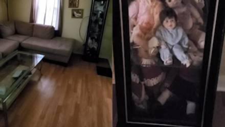 Парень снял на камеру, как жуткие куклы словно увидели его из шкафа и начали странно двигаться