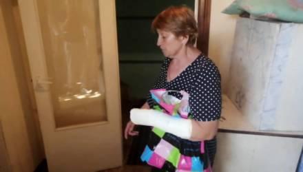 Мать фермера из Мозыря, которого отправили «на сутки», заявила о насилии во время обыска: у неё сломан палец