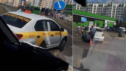"""В Гомеле водителю Яндекс.Такси стало плохо за рулём, автомобиль наехал на знак """"пешехода"""""""