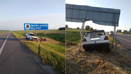 """На Гомельщине водитель VW уснул за рулём и врезался в знак """"Платная дорога"""", другой """"спящий"""" сбил женщину на велосипеде"""