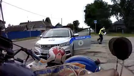 В Речице мотоциклист-бесправник пытался обмануть инспектора ГАИ, а при задержании сломал ему руку