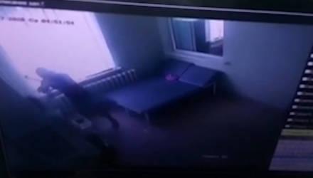 В Жлобине пациент набросился на врача с кулаками и пытался швырнуть в него стул (видео)