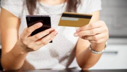 Белорусов переводят в госбанки и заставляют платить за зарплатные карты
