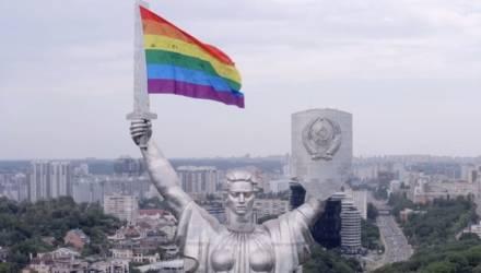 """""""Совсем вавка в голове"""". Украинские ЛГБТ-активисты повесили радужный флаг на """"Родину-мать"""""""