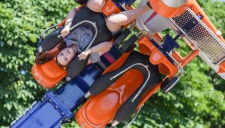 В Гомельском парке завершился монтаж аттракциона «Воздушные гонки»