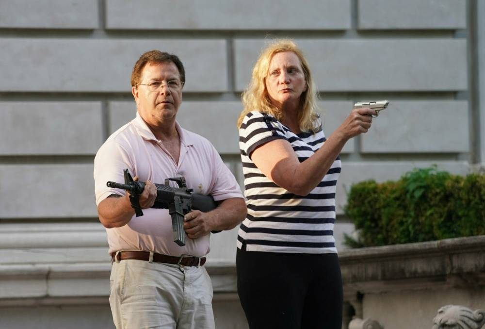 Что известно о «Бонни и Клайде из Сент-Луиса», направивших оружие на протестующих — пара вызвала споры и шутки в сети