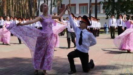 Прощание со знаменем и фуражки в небе: выпускники лицея МЧС получили аттестаты