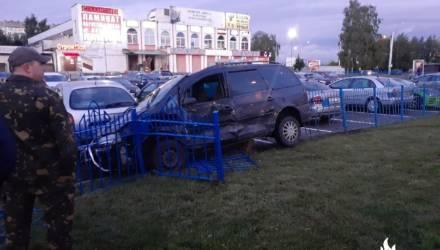 В Гомеле у Прудковского рынка машина вылетела на тротуар, потом — на парковку и сбила пешехода