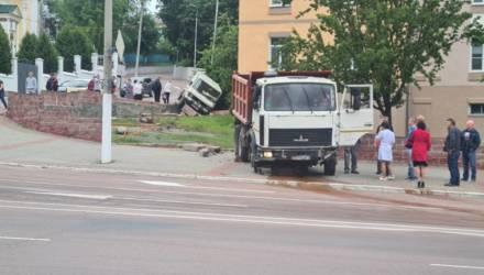 В Мозыре 45-летний мужчина умер за рулём МАЗа. Неуправляемый грузовик протаранил микроавтобус