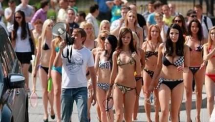 «Уровень срамоты зашкаливает»: в Сочи полуголая туристка взбесила местных жителей (видео)