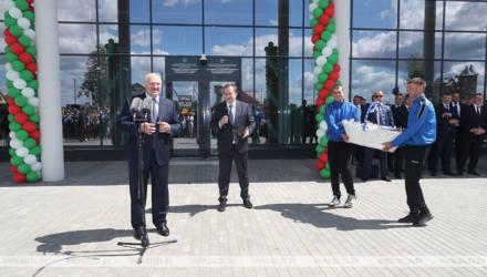Лукашенко в Марьиной Горке подарили корзину местного мороженого. Он отдал его детям