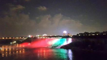 Ниагарский водопад украсили цвета белорусского флага