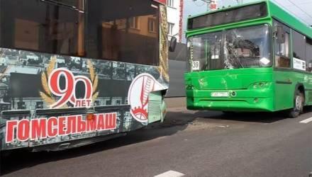 В Гомеле водители собирают паровозики не только из легковых авто, но даже из общественного транспорта