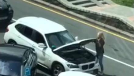 """Белоруска на BMW заблокировала движение, собрав """"хвост"""" из недовольных водителей"""