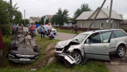 Hyundai не уступил и оказался вверх колёсами. В результате ДТП в Калинковичах пострадали 3 человека