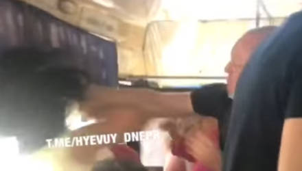 Пассажиры украинской маршрутки избили женщину в Днепре за оплату сразу двух мест