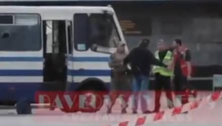 Луцкий террорист больше минуты ждал задержания возле автобуса. Украинцы заподозрили власти в постановке