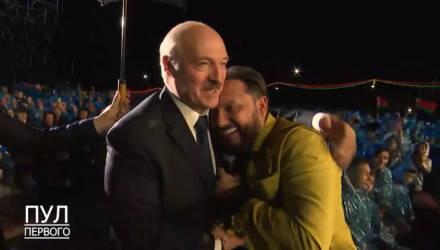 Видеофакт: Александр Лукашенко на концерте в Александрии обнимался со Стасом Михайловым