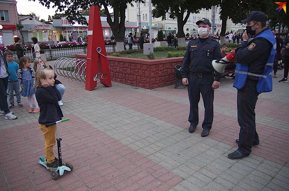 Акция несогласных в Гомеле: ОМОН прогонял с лавочек, милиция предупреждала о штрафах и «сутках» мам с детьми