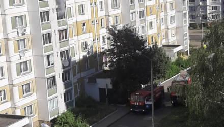 В Гомеле соседи вынесли из горящей квартиры двух маленьких детей. Маму с ещё одним ребёнком эвакуировали спасатели