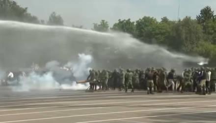 Лукашенко показали специальную тренировку по разгону акции протеста (видео)
