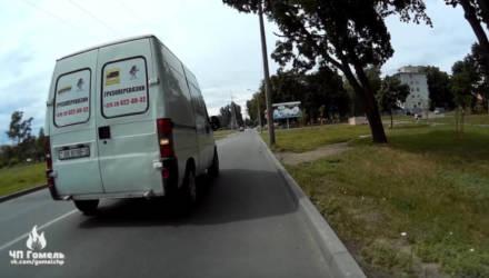 В Гомеле агрессивный водитель на микроавтобусе гонялся за велосипедистом по тротуару
