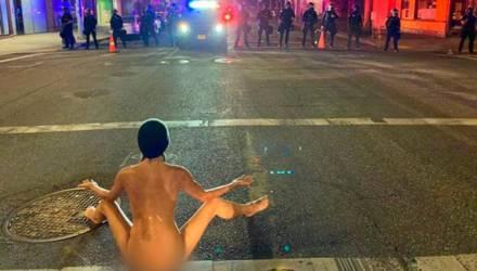 Обнажённая девушка вышла на протесты в США и прогнала полицию, показав несколько откровенных поз