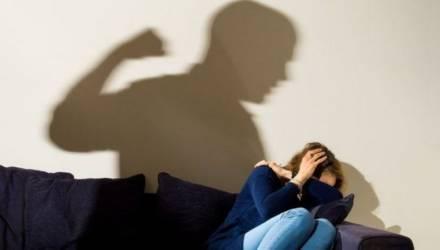 В Рогачёвском районе пьяный муж избил и пытался задушить жену