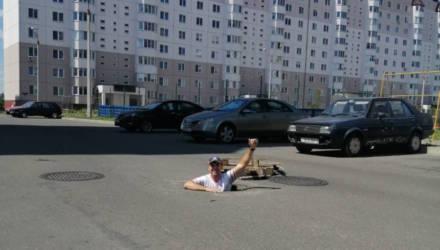 Фото дня: гомельчанин залез в яму, чтобы привлечь внимание к проблеме во дворе. И сработало!