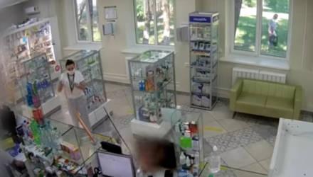 В мозырской аптеке пьяный мужчина разнёс витрину головой. В наличии не было настойки календулы
